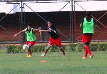 Despúes de reuniones de directivos y jugadores llegaron a un acuerdo para que el grupo viaje a enfrentar el domingo al Junior en Barranquilla.