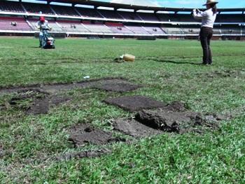 Después de más de un mes de espera, hoy se empezó a ver movimiento con respecto a la remoción de la gramilla del General Santander, el Cúcuta Deportivo oficialmente ya no tiene cancha para jugar la Liga Postobón II.